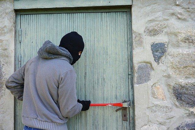 zloděj při vloupání