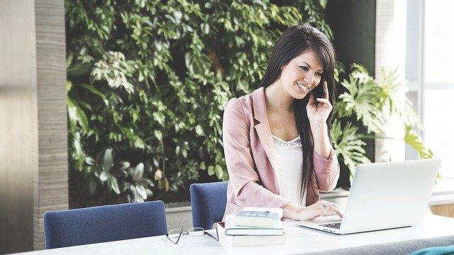 telefonující bruneta.jpg