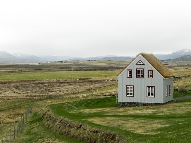 dům uprostřed louky