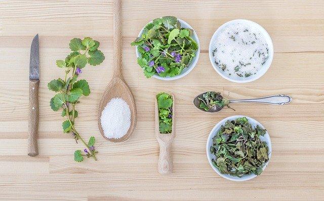 nejrůznější bylinky a sůl